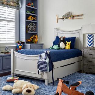 Esempio di una cameretta per bambini chic con pareti bianche, parquet scuro e pavimento marrone