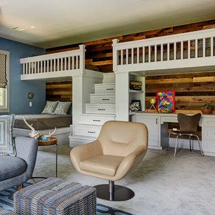 Idéer för lantliga pojkrum kombinerat med sovrum och för 4-10-åringar, med blå väggar, heltäckningsmatta och grått golv