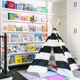 Imagen de dormitorio infantil tradicional renovado con paredes blancas, suelo de pizarra y suelo negro