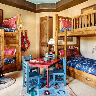 Idées déco pour une chambre d'enfant de 4 à 10 ans sud-ouest américain avec un mur beige et moquette.