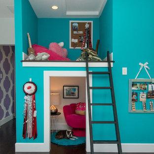 Inredning av ett klassiskt barnrum kombinerat med lekrum, med blå väggar och mörkt trägolv