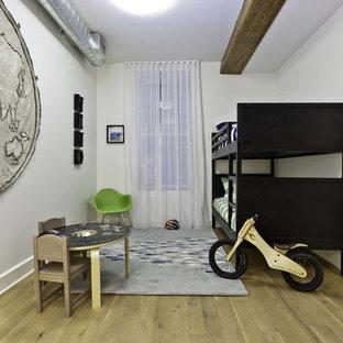 Kleines Industrial Kinderzimmer mit weißer Wandfarbe und Schlafplatz in New York