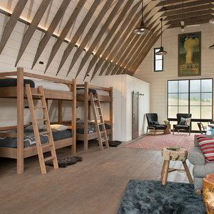 Inspiration för mycket stora lantliga könsneutrala tonårsrum kombinerat med sovrum, med vita väggar och mörkt trägolv