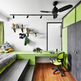 Modernes Kinderzimmer mit Schlafplatz, weißer Wandfarbe und braunem Holzboden in Singapur