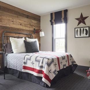 Inredning av ett lantligt barnrum kombinerat med sovrum, med beige väggar, heltäckningsmatta och svart golv