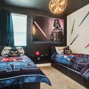 Ispirazione per una cameretta per bambini da 4 a 10 anni minimal con pareti nere, moquette e pavimento beige