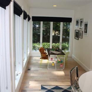 Foto di una piccola cameretta per bambini da 4 a 10 anni moderna con pareti beige e parquet chiaro