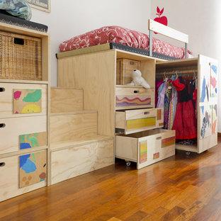 Foto de dormitorio infantil de 4 a 10 años, minimalista, pequeño, con paredes blancas y suelo de madera en tonos medios