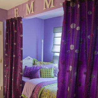 Cette photo montre une grand chambre d'enfant de 4 à 10 ans éclectique avec un mur violet et moquette.