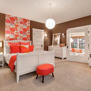 Ejemplo de dormitorio infantil tradicional, grande, con paredes marrones y moqueta