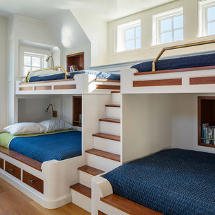 ニューヨークの男の子用ビーチスタイルの寝室の画像 (白い壁、無垢フローリング、児童向け)
