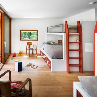 Neutrales Modernes Kinderzimmer mit Schlafplatz, weißer Wandfarbe und hellem Holzboden in New York