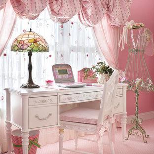 Cette image montre une grand chambre d'enfant de 4 à 10 ans victorienne avec un mur rose, moquette et un sol rose.