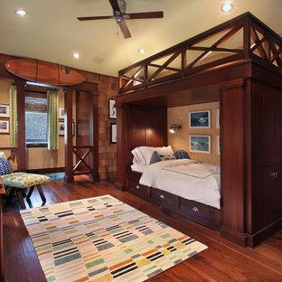 Cette image montre une chambre d'enfant ethnique avec un mur beige, un sol en bois foncé et un sol marron.