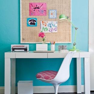 Inspiration för ett funkis barnrum kombinerat med skrivbord, med blå väggar och mörkt trägolv