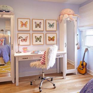 Exemple d'une chambre d'enfant de 4 à 10 ans chic de taille moyenne avec un mur violet et un sol en bois clair.