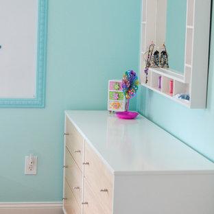 Modelo de dormitorio infantil de 4 a 10 años, clásico, de tamaño medio, con paredes azules y suelo de madera oscura