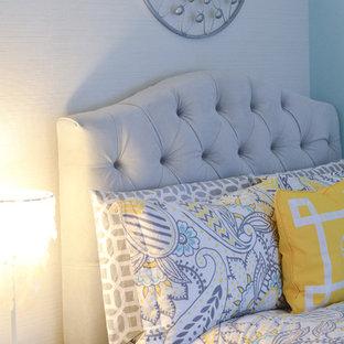 Immagine di una cameretta per bambini da 4 a 10 anni classica di medie dimensioni con pareti blu e parquet scuro