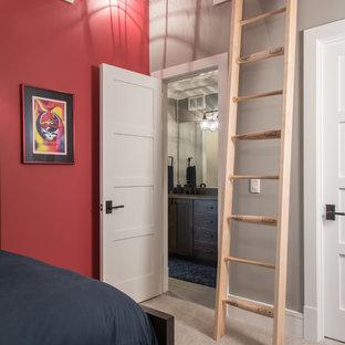 Foto di una cameretta per bambini chic con pareti rosse, moquette e pavimento beige