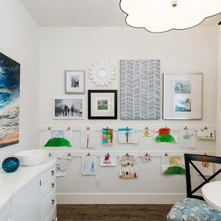 Diseño de habitación infantil unisex clásica renovada con paredes blancas y suelo de madera oscura