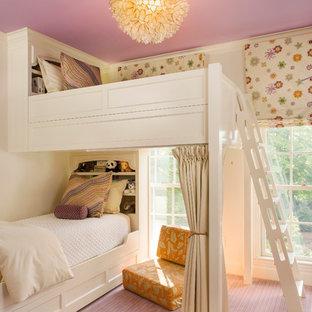 На фото: детская в классическом стиле с спальным местом, розовым полом и ковровым покрытием для ребенка от 4 до 10 лет, девочки с
