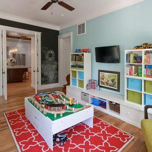 Idée de décoration pour une chambre d'enfant de 4 à 10 ans ethnique de taille moyenne avec un sol en bois brun et un mur multicolore.