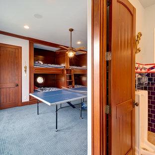 Esempio di una cameretta da letto da 4 a 10 anni mediterranea di medie dimensioni con pareti bianche, moquette e pavimento blu