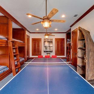 Idee per una cameretta da letto da 4 a 10 anni mediterranea di medie dimensioni con pareti bianche, moquette e pavimento blu