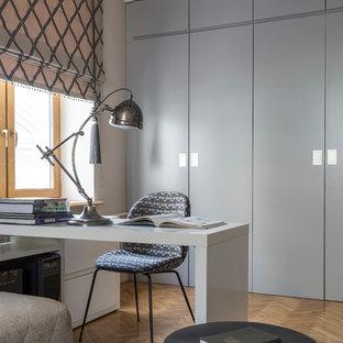 Неиссякаемый источник вдохновения для домашнего уюта: детская среднего размера в современном стиле с рабочим местом, серыми стенами и светлым паркетным полом для подростка, мальчика