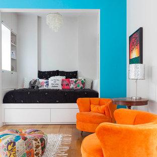 Imagen de dormitorio infantil contemporáneo, extra grande, con paredes multicolor