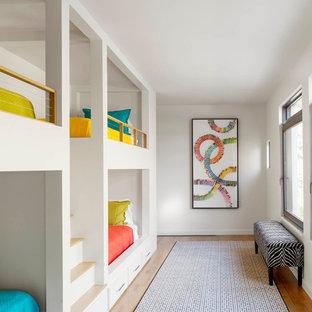 Imagen de dormitorio infantil contemporáneo con paredes blancas y suelo de madera clara