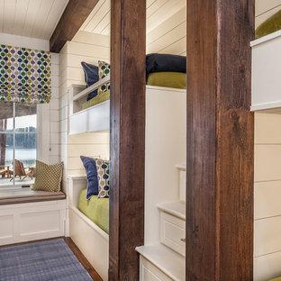 Ispirazione per una cameretta per bambini da 4 a 10 anni country di medie dimensioni con pareti bianche e parquet scuro