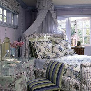 На фото: детская в стиле шебби-шик с спальным местом и фиолетовыми стенами для подростка, девочки