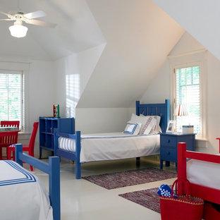 Imagen de dormitorio infantil de 4 a 10 años, clásico, con paredes blancas y suelo blanco