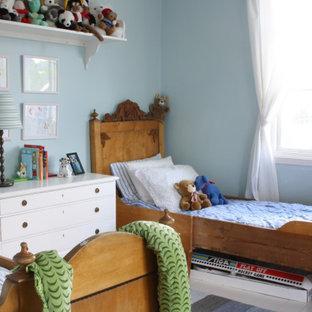 Foto på ett mellanstort vintage pojkrum kombinerat med sovrum och för 4-10-åringar, med blå väggar och grått golv