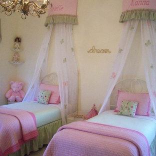Foto di una cameretta per bambini da 4 a 10 anni chic con pareti gialle e moquette