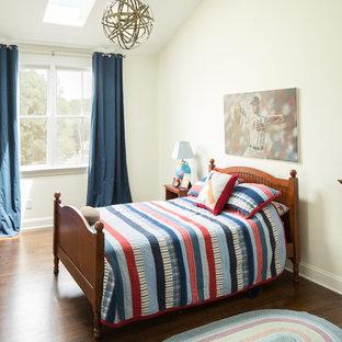 Ejemplo de dormitorio infantil tradicional con paredes blancas y suelo de madera oscura