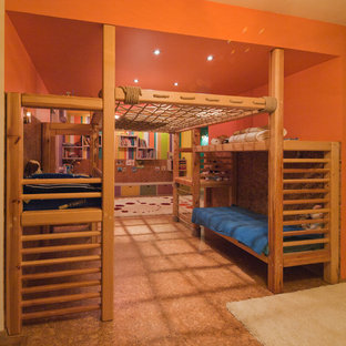Ispirazione per una cameretta per bambini design con pavimento in sughero e pareti arancioni