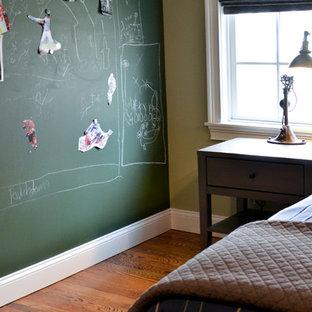 Mittelgroßes Modernes Kinderzimmer mit Schlafplatz, beiger Wandfarbe und dunklem Holzboden in New York