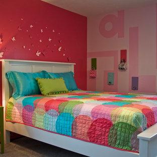 Inredning av ett klassiskt barnrum kombinerat med sovrum, med rosa väggar och heltäckningsmatta