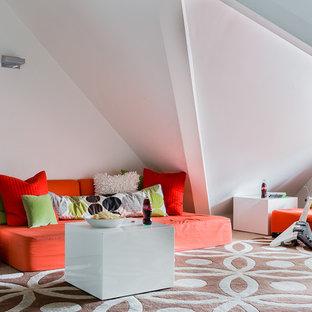 Esempio di una cameretta per bambini minimal di medie dimensioni con pareti bianche, moquette e pavimento beige