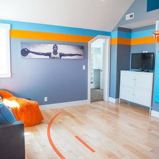 Foto de dormitorio infantil de estilo americano, de tamaño medio, con suelo de madera clara y paredes multicolor
