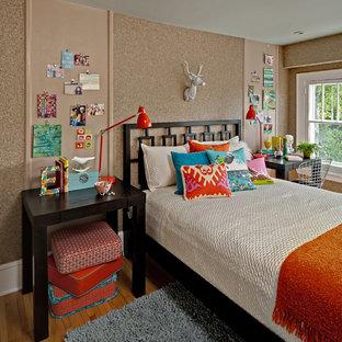 Foto di una cameretta per bambini bohémian di medie dimensioni con pavimento in legno massello medio, pavimento beige e pareti marroni