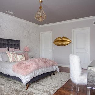 Imagen de dormitorio infantil moderno, de tamaño medio, con paredes blancas y suelo marrón