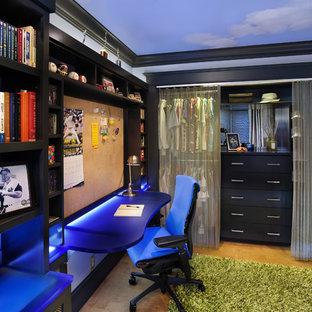 Diseño de dormitorio infantil actual, de tamaño medio, con suelo de corcho y escritorio