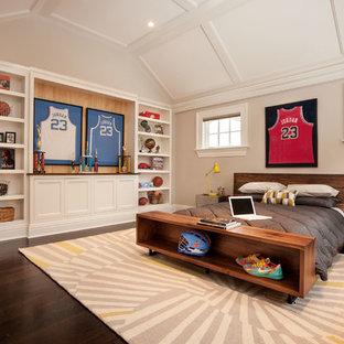 Mittelgroßes Klassisches Jugendzimmer mit beiger Wandfarbe, dunklem Holzboden und Schlafplatz in New York