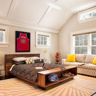 Mittelgroßes Klassisches Jugendzimmer mit Schlafplatz, beiger Wandfarbe und dunklem Holzboden in New York