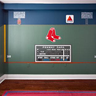 Idéer för att renovera ett mellanstort funkis pojkrum kombinerat med sovrum och för 4-10-åringar, med blå väggar och mellanmörkt trägolv