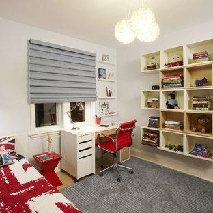 Imagen de dormitorio infantil minimalista, de tamaño medio, con suelo de madera clara, paredes grises y suelo beige
