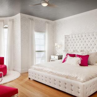 Modern inredning av ett stort barnrum kombinerat med sovrum, med vita väggar och mellanmörkt trägolv